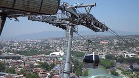Cableway avec téléphérique sur la plus célèbre forteresse Narikala et le pont de la Paix Tbilissi, Géorgie banque de vidéos
