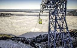 Cableway i koloru żółtego wagon kolei linowej w Alps Fotografia Royalty Free
