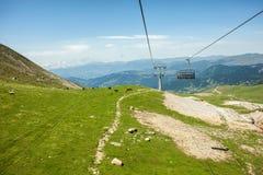 Cableway och kabiner i berg, Adjara, Georgia Royaltyfri Fotografi