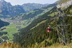 Cableway på Furenalp över Engelberg på de schweiziska fjällängarna fotografering för bildbyråer