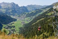 Cableway på Furenalp över Engelberg på de schweiziska fjällängarna royaltyfri fotografi