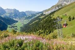 Cableway på Furenalp över Engelberg på de schweiziska fjällängarna royaltyfria foton