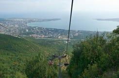 Cableway som går berget i sommar Arkivfoto
