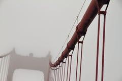 Cabli nella nebbia - San Francisco - la California fotografie stock