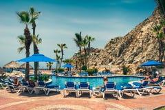Cabo圣卢卡斯/墨西哥- 2007年8月13日:在旅馆手段的看法与水池 免版税库存照片