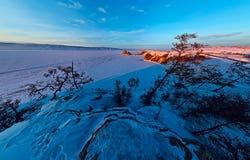 Cabo aéreo ancho de la roca del chamán en el amanecer en la isla de Olkhon, La Foto de archivo