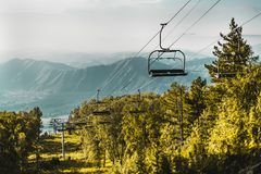 Cabo aéreo em montanhas de Altay com os montes no fundo Fotografia de Stock