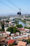 Cabo aéreo em Tbilisi velho, vista da fortaleza de Narikala, Geórgia Fotografia de Stock Royalty Free