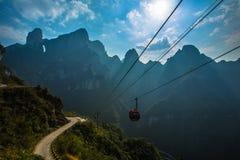 Cabo aéreo sob o céu azul na montanha de Tianmenshan foto de stock