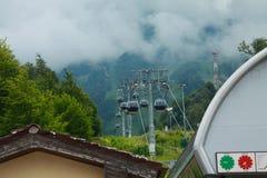 Cabo aéreo nas montanhas de Sochi fotografia de stock