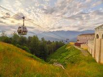 Cabo aéreo nas montanhas no verão durante o por do sol fotografia de stock royalty free