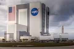 CABO CANAVERAL, EUA - MARÇO 28, 2012: Construção enorme do conjunto do veículo na base da NASA de Cabo Canaveral, Florida, EUA Fotografia de Stock Royalty Free