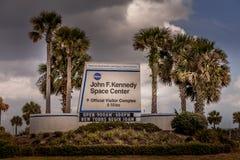 CABO CANAVERAL, EUA - MARÇO 28, 2012: Sinal de estrada que conduz a John F Kennedy Space Center, Florida, EUA Fotografia de Stock