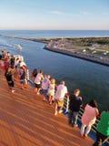 Cabo Canaveral, Florida - 11/25/17 - passageiros do navio de cruzeiros na plataforma que sae fora do porto Caneveral em Florida, Imagens de Stock