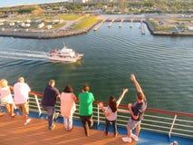 Cabo Canaveral, Florida - 11/25/17 - passageiros do navio de cruzeiros na plataforma que sae fora do porto Caneveral em Florida, Imagem de Stock Royalty Free
