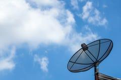 Cabo da antena parabólica no telhado com céu azul e alguma nuvem imagem de stock