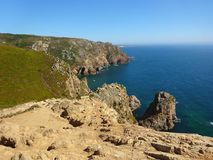 Cabo DA Roca - Ansicht der Felsen-Klippen und des endlosen blauen Meeres lizenzfreies stockbild