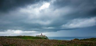 Cabo da Roca fyr under stormen, bred vinkel Royaltyfria Foton