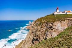 Cabo da Roca, Portogallo Faro e scogliere sopra l'Oceano Atlantico fotografia stock libera da diritti