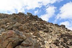 Cabo de aço da através do ferrata em uma cara para Saulkopf, cumes da rocha da montanha de Hohe Tauern Imagem de Stock Royalty Free