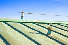 Cabo de aço da proteção da queda no telhado de cobre - Itália onde eles AR imagens de stock royalty free