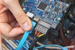 Cabo de conexão de SATA ao cartão-matriz do computador pessoal fotografia de stock royalty free