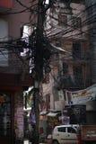 Cabo de fio bonde Tangled e caos na rua de Thamel, Nepal Imagens de Stock Royalty Free