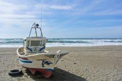 CABO DE GATA, SPANIEN - 9. FEBRUAR 2016: Ein farbiges Fischerboot am Ufer von Nationalpark Cabo De Gata Stockfotos