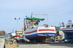 CABO DE GATA, SPANIEN - 9. FEBRUAR 2016: Fischerboote am Ufer von Nationalpark Cabo De Gata Lizenzfreie Stockfotografie