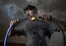 Cabo de junta do homem inexperiente que sofre o acidente bonde com expressão queimada suja de choque da cara Foto de Stock Royalty Free