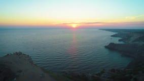 Cabo de la visión aérea en la provincia de Rusia, meridional de Crimea El cabo de Fiolent es destino turístico muy famoso en Crim almacen de metraje de vídeo