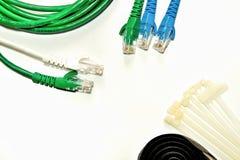 Cabo de LAN azul e verde com cintas plásticas e correia de cabo foto de stock royalty free
