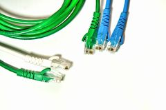 Cabo de LAN azul e verde com cintas plásticas e correia de cabo imagens de stock