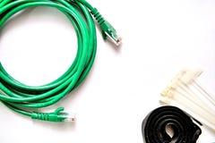 Cabo de LAN azul e verde com cintas plásticas e correia de cabo fotos de stock royalty free