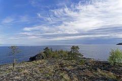 Cabo del granito en la orilla del lago Ladoga Fotos de archivo