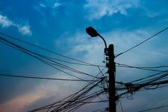 Cabo do emaranhado e cargo da eletricidade no fundo do por do sol foto de stock royalty free