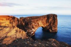 Cabo Dyrholaey em Islândia do sul Altura 120 m Imagens de Stock