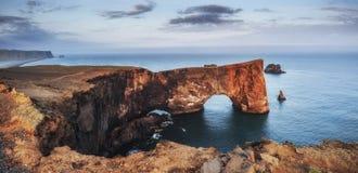Cabo Dyrholaey en Islandia meridional Altitud 120 m Foto de archivo libre de regalías
