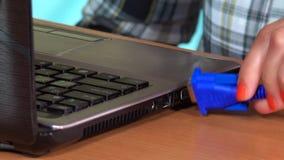 Cabo fêmea da exposição do VGA da tomada da mão ao laptop closeup video estoque