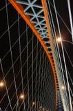 Cabo-ficado através da ponte do arco (ponte de Bugrinsky) sobre o rio Ob na noite, em Novosibirsk, Sibéria, Rússia imagem de stock royalty free