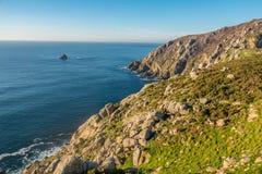 Cabo Finisterre, o destino final para muitos peregrinos na maneira de St James em Costa da Morte Coast rochoso da morte, fotografia de stock