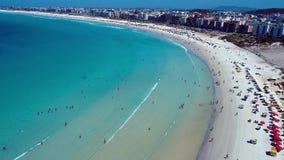 Cabo Frio, el Brasil: Vista aérea de una playa fantástica con agua cristalina almacen de metraje de vídeo