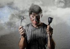 Cabo inexperiente do homem que sofre o acidente bonde com a cara queimada suja na expressão engraçada de choque Imagem de Stock Royalty Free