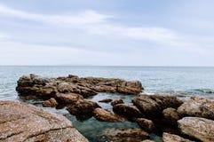 Cabo Khanom de Rocky Sea, Nakhon Si Thammarat, Tailândia Imagem de Stock Royalty Free