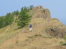 Cabo Khoboy Console de Olkhon Os turistas v?o em uma excurs?o foto de stock