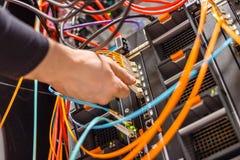 Cabo masculino da rede de Plugging Fiber Channel do técnico no interruptor do servidor da lâmina foto de stock
