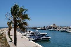 CABO PINO, ANDALUCIA/SPAIN - 2 DE JULIO: Barcos en el puerto deportivo en el taxi Foto de archivo libre de regalías