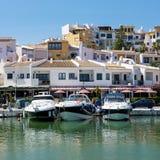 CABO PINO, ANDALUCIA/SPAIN - 22 DE MAYO: Barcos amarrados en el Harbou Imagen de archivo libre de regalías