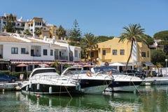 CABO PINO, ANDALUCIA/SPAIN - 22 DE MAYO: Barcos amarrados en el Harbou Fotos de archivo