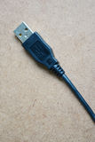 Cabo preto de USB na tabela de madeira Fotos de Stock